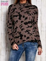 Brązowy sweter w malarskie desenie