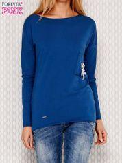 Ciemnoniebieska bluzka z koralikową aplikacją