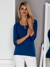 Ciemnoniebieska bluzka z ozdobnym zapięciem