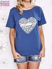Ciemnoniebieski t-shirt z napisem JE T'AIME i dekoltem na plecach
