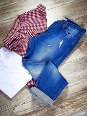 Ciemnoniebieskie jeansy boyfriendy z przetarciami