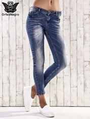 Ciemnoniebieskie spodnie jeansowe rurki z efektem marble denim