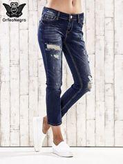 Ciemnoniebieskie spodnie regular jeans z dziurami