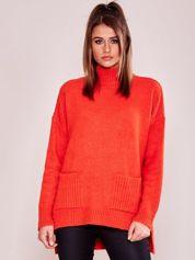 Ciemnopomarańczowy luźny sweter z golfem