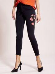 Ciemnoszare jeansy z kwiatami