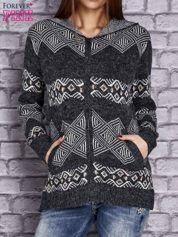 Ciemnoszary sweter w azteckie wzory z kapturem i kieszeniami