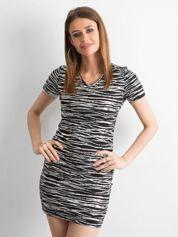 Czarna dopasowana sukienka w srebrne wzory