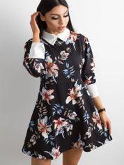 Czarna rozkloszowana sukienka w kwiaty z kołnierzykiem