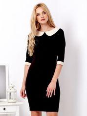 Czarna sukienka z jasnobeżowym kołnierzykiem