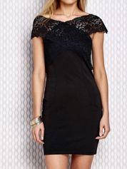 Czarna sukienka z koronkowym wykończeniem