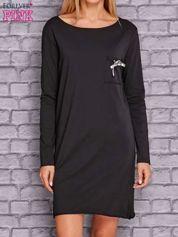 Czarna sukienka z ozdobną przypinką