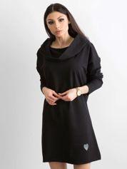 Czarna sukienka z szerokim kołnierzem