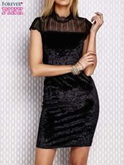 Czarna welurowa sukienka z ażurowym dekoltem