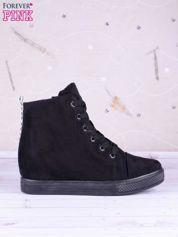 Czarne gładkie sneakersy z napisem materiał zamsz