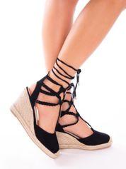 Czarne sandały na koturnach z ozdobnym wiązaniem i plecionymi paskami