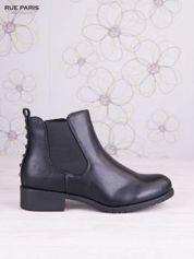 Czarne skórzane botki na klocku z ozdobnymi dżetami z tylu buta