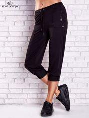 Czarne spodnie capri z kieszonką na suwak z boku