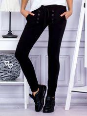 Czarne spodnie dresowe z dwoma rzędami guzików