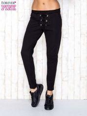 Butik Czarne spodnie dresowe z wiązaniem