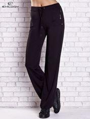 Czarne spodnie dresowe z wszytą kieszonką i troczkami