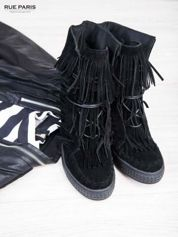 Czarne zamszowe sneakersy z frędzelkami na koturnach