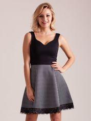 Czarno-biała sukienka z dołem w paski
