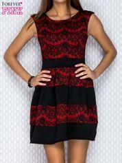 Czarno-czerwona sukienka z nadrukiem koronki