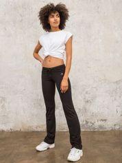 Czarnobrązowe śliskie spodnie z troczkami i wzorkiem po boku