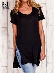 Czarny długi t-shirt z rozporkami z boku