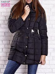 Czarny pikowany płaszcz z paskiem