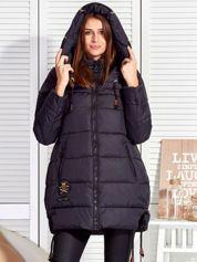 Czarny płaszcz zimowy z naszywką