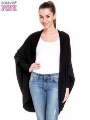 Czarny sweter narzutka z nietoperzowymi rękawami