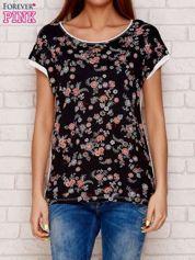 Czarny t-shirt w drobne kwiaty
