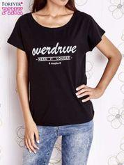 Czarny t-shirt z napisem NEED IT LOUDER