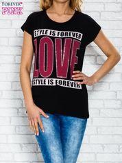 Czarny t-shirt z napisem STYLE IS FOREVER LOVE z dżetami