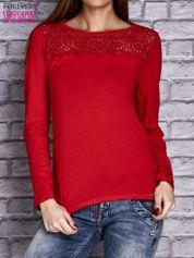 Czerwona bluzka z koronkową wstawką