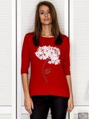 Czerwona bluzka z ozdobnymi kwiatami i perełkami