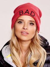 Czerwona czapka beanie z napisem BAD