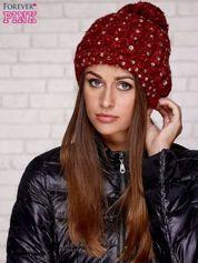 Czerwona czapka z pomponem i dżetami
