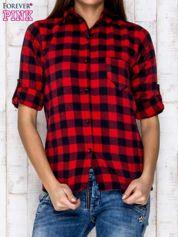 Czerwona koszula w kratę z podwijanymi rękawami