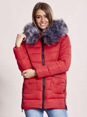 Czerwona pikowana kurtka z futerkiem i ozdobnymi suwakami
