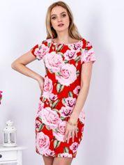 Czerwona prosta sukienka w kolorowe róże