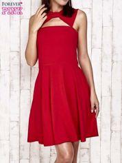 Czerwona sukienka dresowa z dekoltem cut out z kokardą