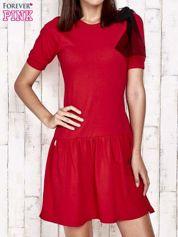 Czerwona sukienka dresowa z kokardą z tiulu