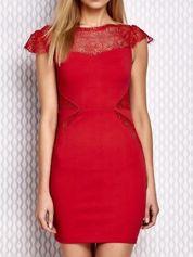 Czerwona sukienka z koronkowymi wstawkami