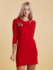 Czerwona sukienka z kwiatową naszywką