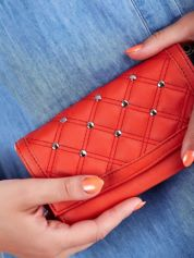 Czerwony pikowany portfel z eko skóry z ćwiekami