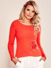 Czerwony sweter z kwiatami