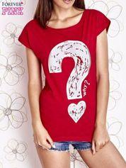 Czerwony t-shirt z nadrukiem znaku zapytania