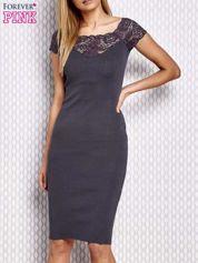 Dopasowana sukienka z koronkową wstawką szara